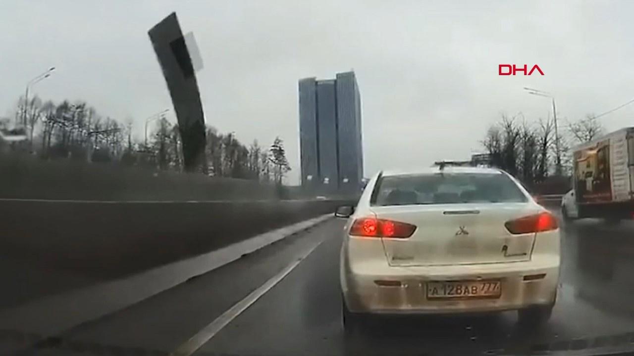 Otomobilin ön camına ok gibi saplandı