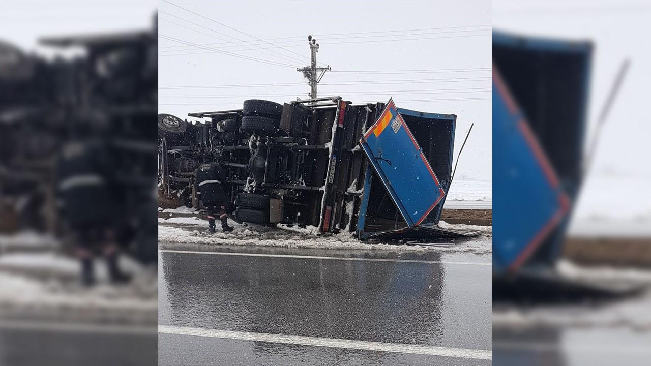 Kontrolden çıkan kamyon yola devrildi
