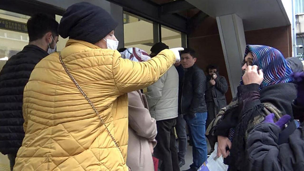 Avcılar'da emekliler PTT önünde birbirine girdi