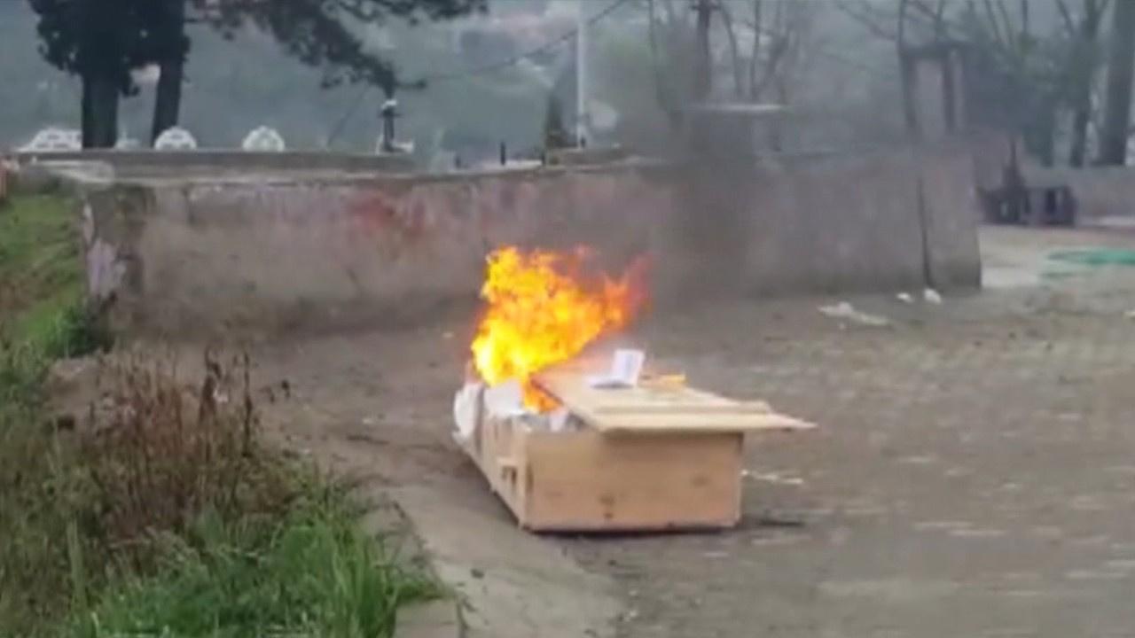 Cenazeden sonra tabutu yaktılar!