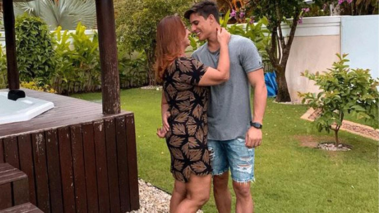 Neymar'ın annesi, oğlunun arkadaşıyla birlikte