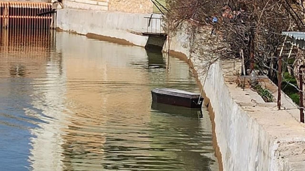 Yer Türkiye! Nehirde gezen tabutlar şoke etti