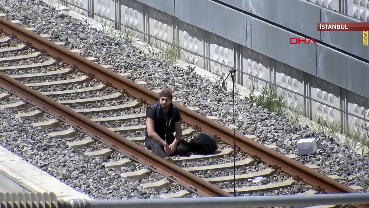 ''Çantamda bomba var'' deyip tren raylarına oturdu