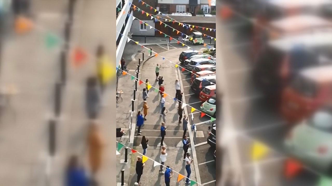 İrlanda'da sosyal mesafeli dans kamerada