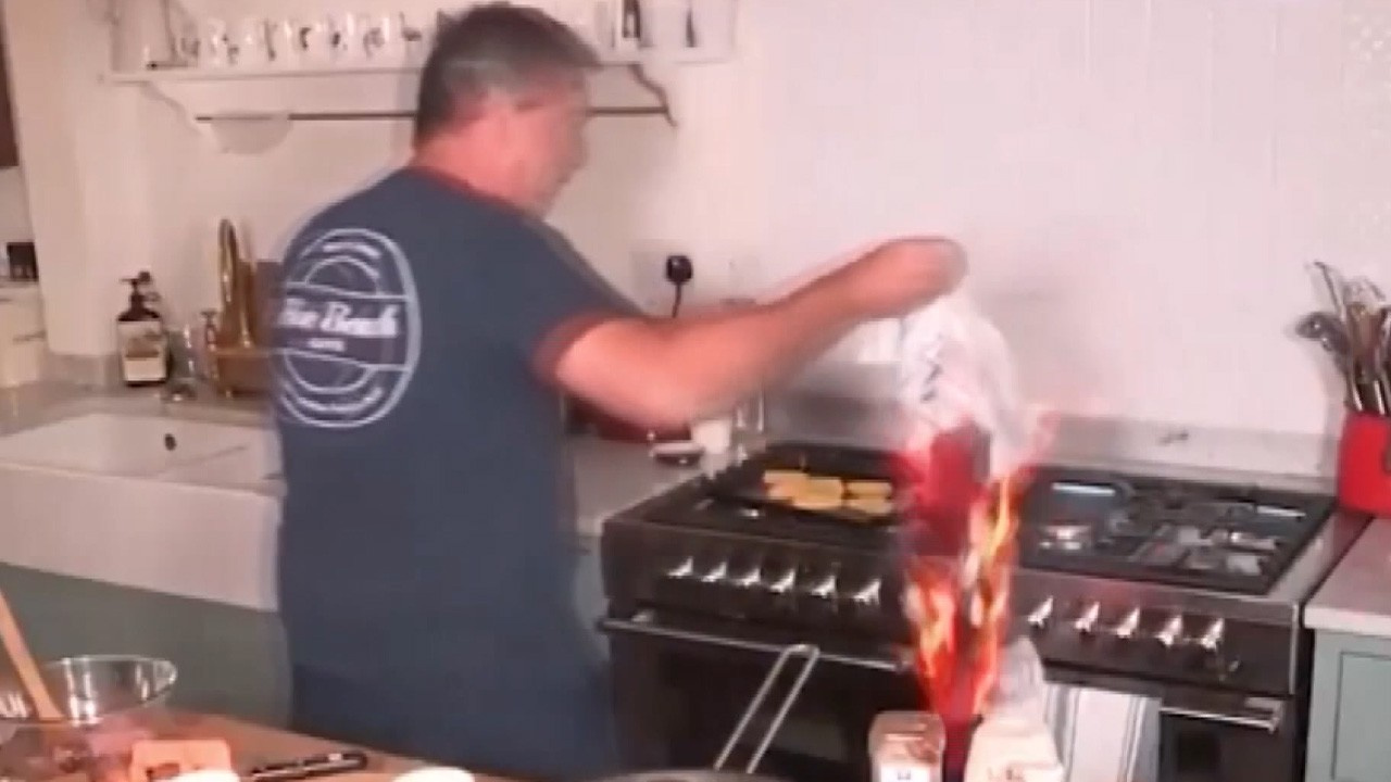 Canlı yayında yemek yaparken havluyu ateşe verdi!