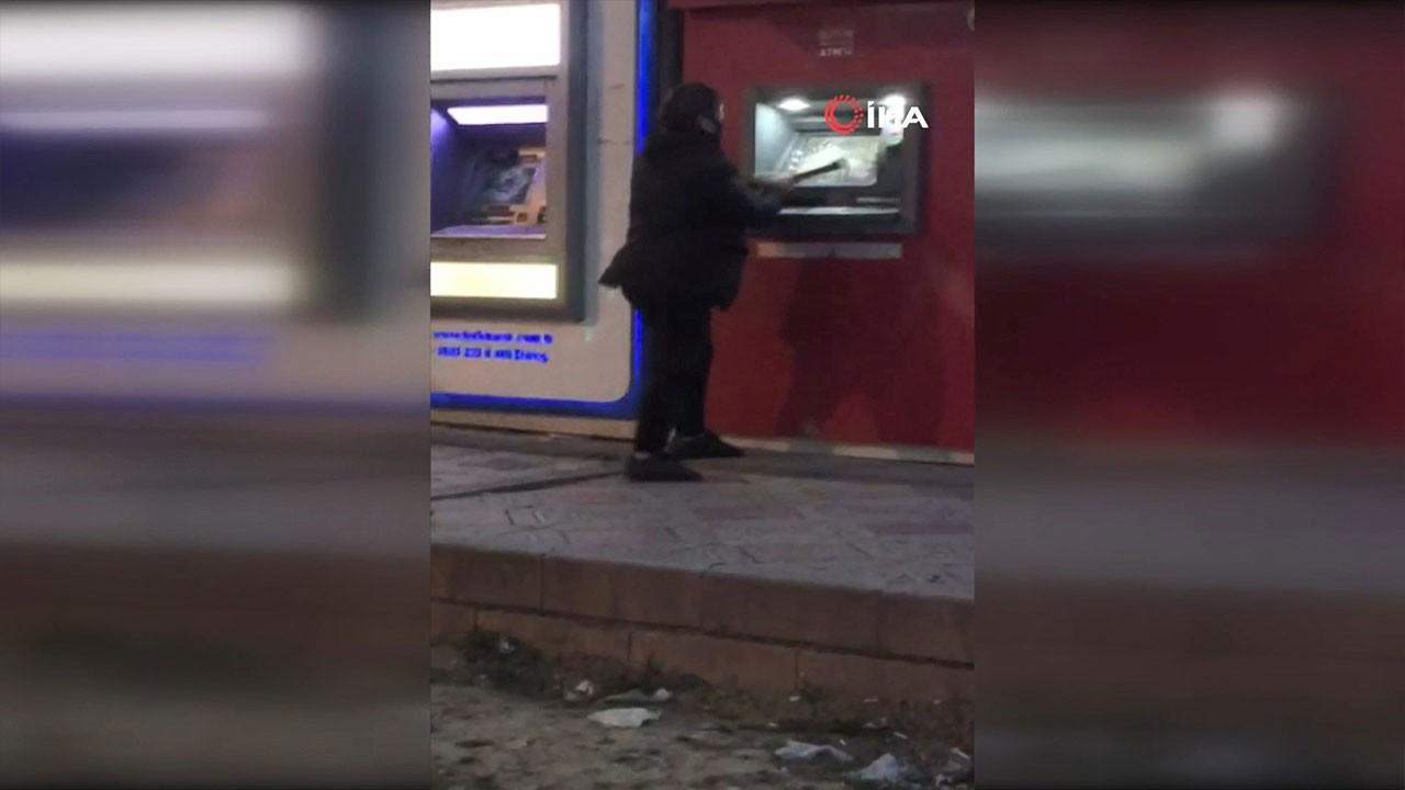 Babasına kızdı, ATM'leri parçaladı