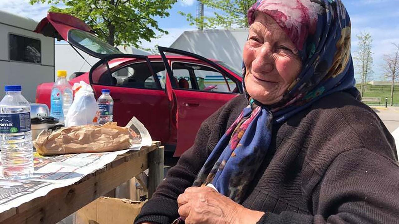 82 yaşındaki engelli kadın ve oğlu arabada yaşıyor