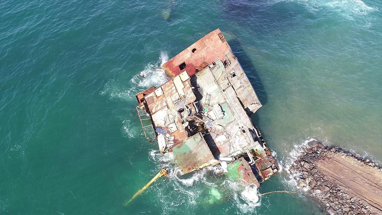 Karaya oturan gemi parçalanarak çıkartılıyor