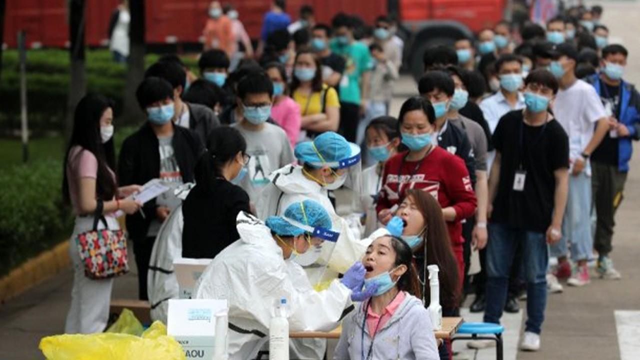 Wuhan'da korona virüs test kuyruğu!