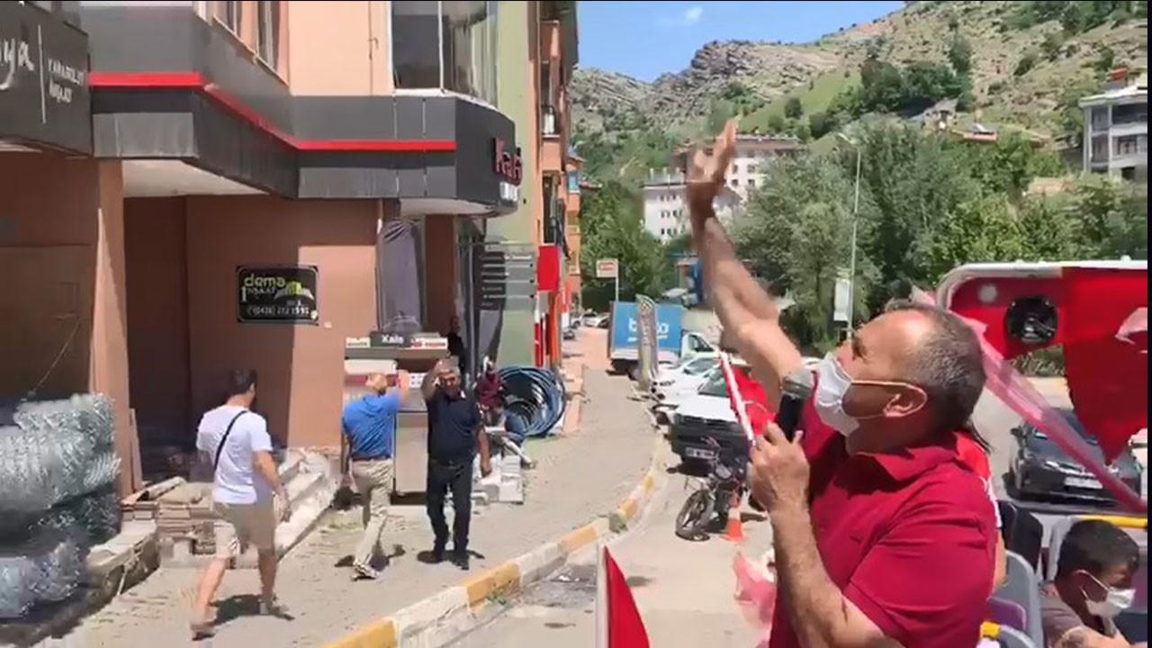 Tur otobüsüyle sokak sokak gezdi 19 Mayısı kutladı