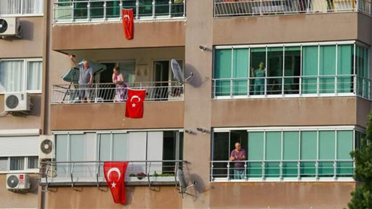 Tüm Türkiye balkonlarda İstiklal Marşı okudu!