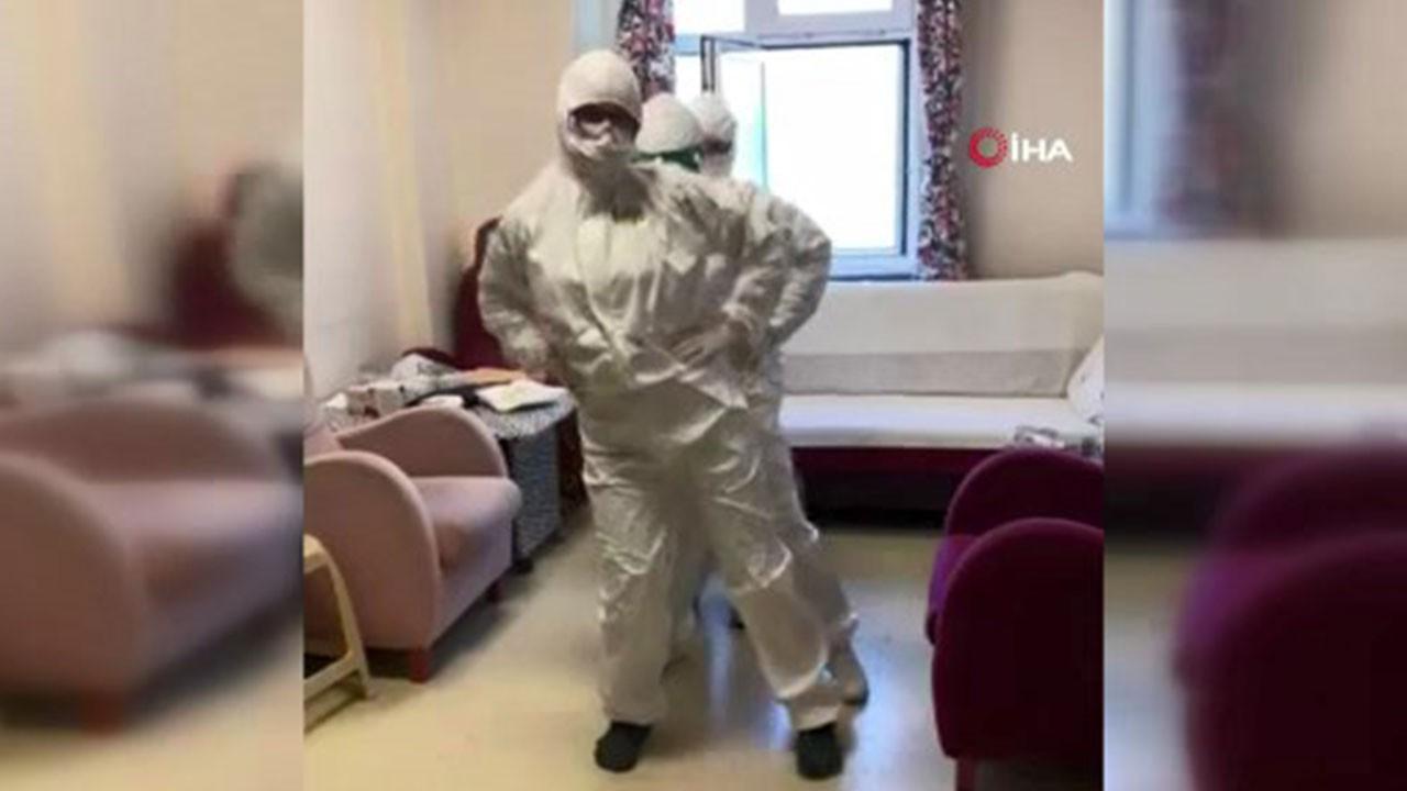 Virüsü yenen sağlık çalışanlarından penguen dansı