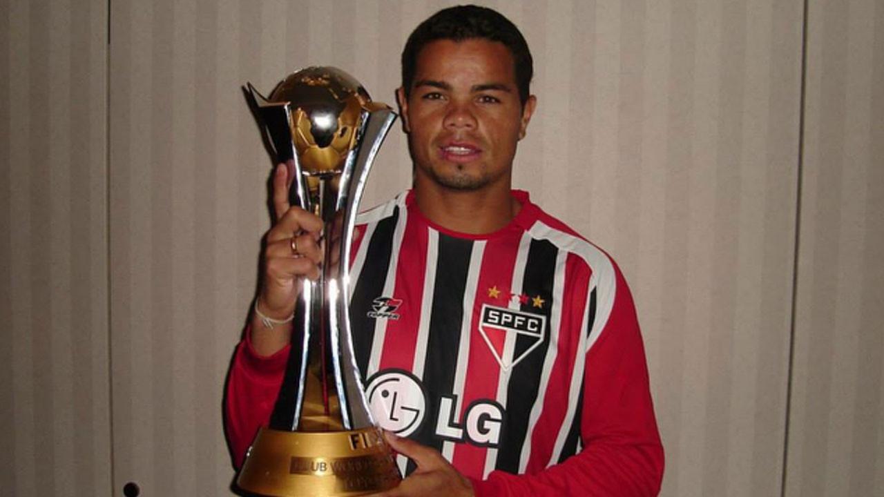 Flavio Donizete, 2005 yılında kazandıkları FIFA Dünya Kulüpler Kupası ile birlikte...