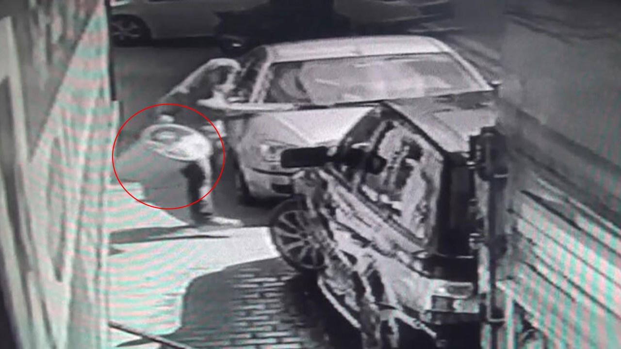 Çılgın kadın lüks aracını yıkayan adama bunu yaptı