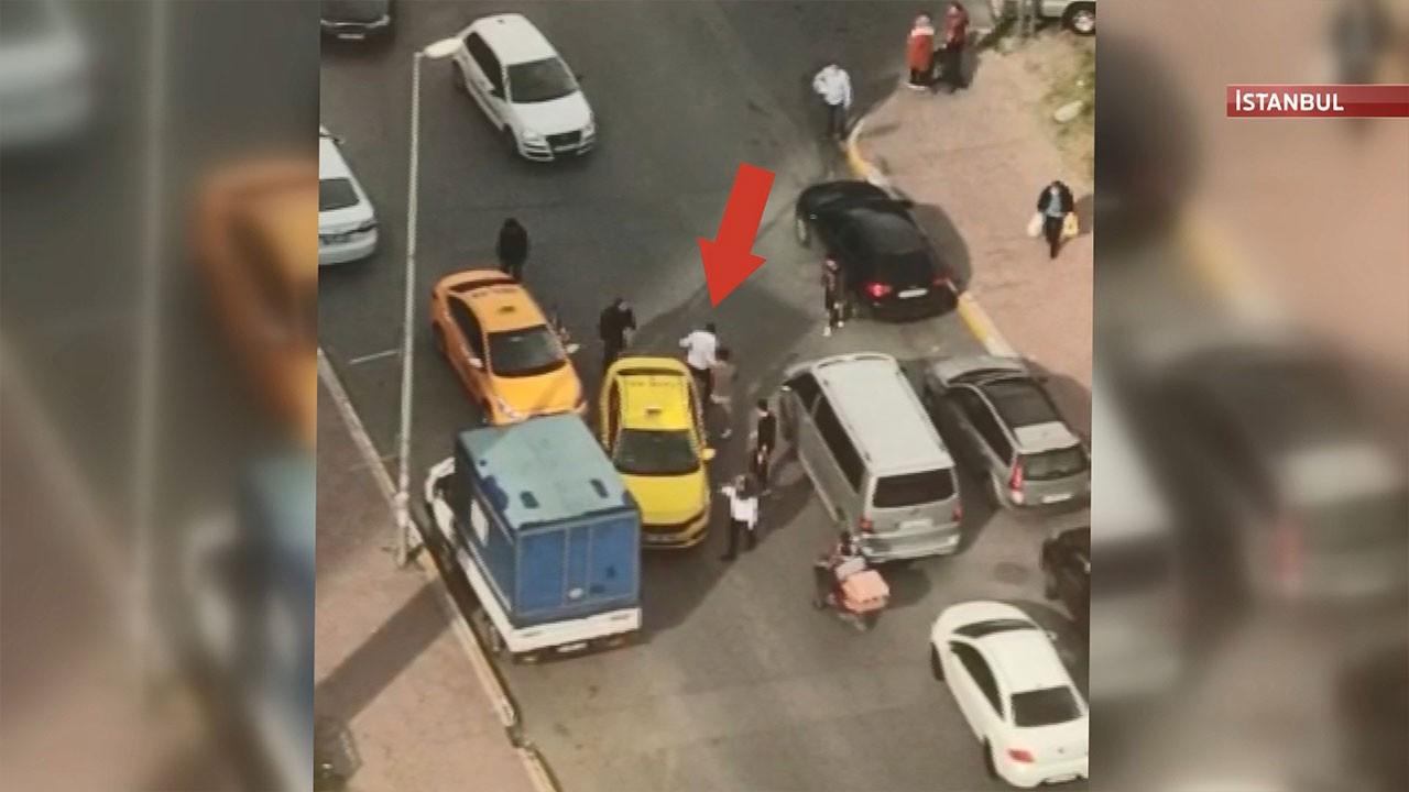 Taksicilerin yol verme kavgası kamerada