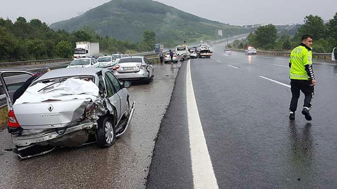TEM'de zincirleme kaza: 25 araç hasar gördü