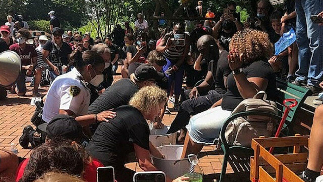 Polisler siyahi dini liderlerin ayaklarını yıkadı!