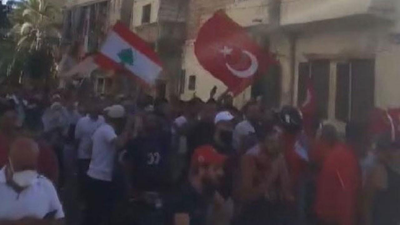 Lübnanlılar Türk bayraklarıyla sokağa döküldü!