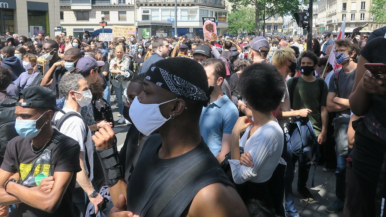 Fransa'da halk meydanları doldurdu