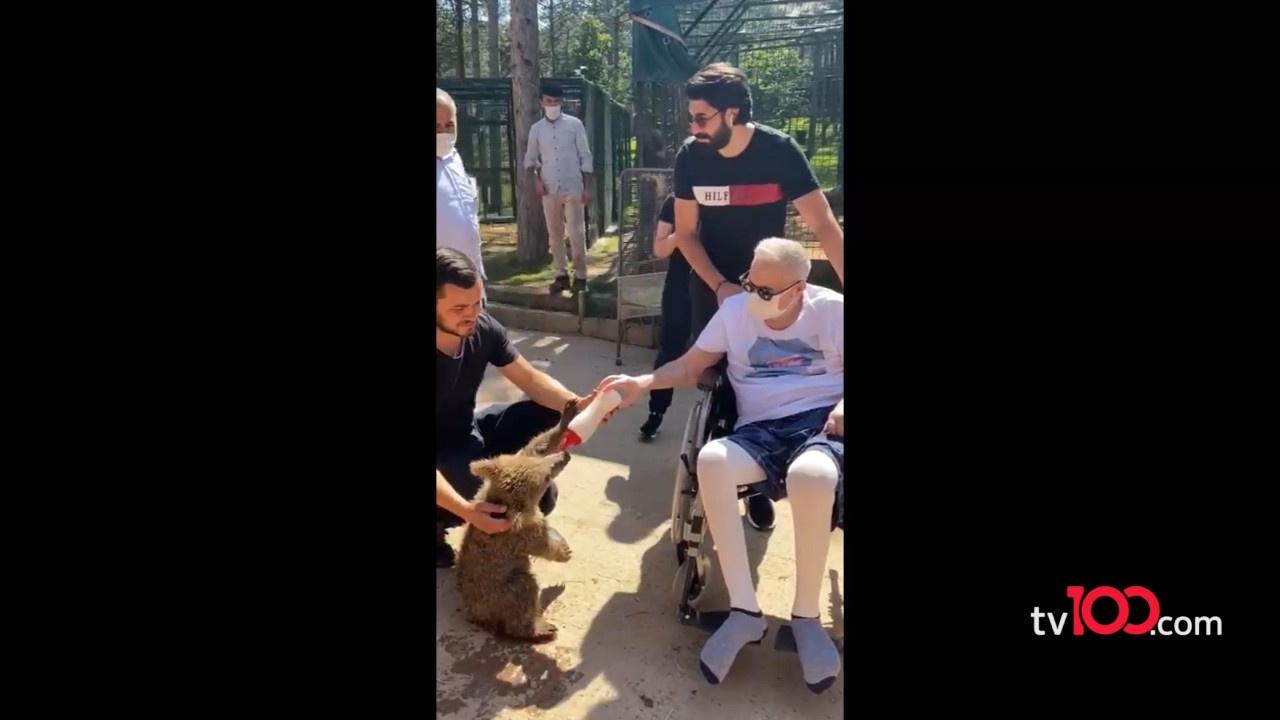 Mehmet Ali Erbil yavru ayıyı besledi