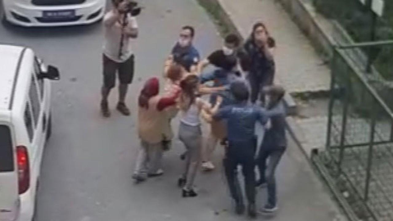 Annelerini alıkoymakla suçlanan kişiye saldırdılar