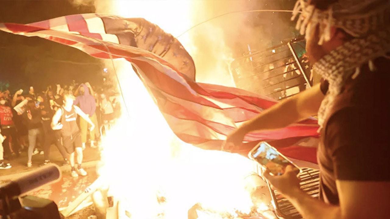 Beyaz Saray'ın önünde Amerikan bayrağı yaktılar!