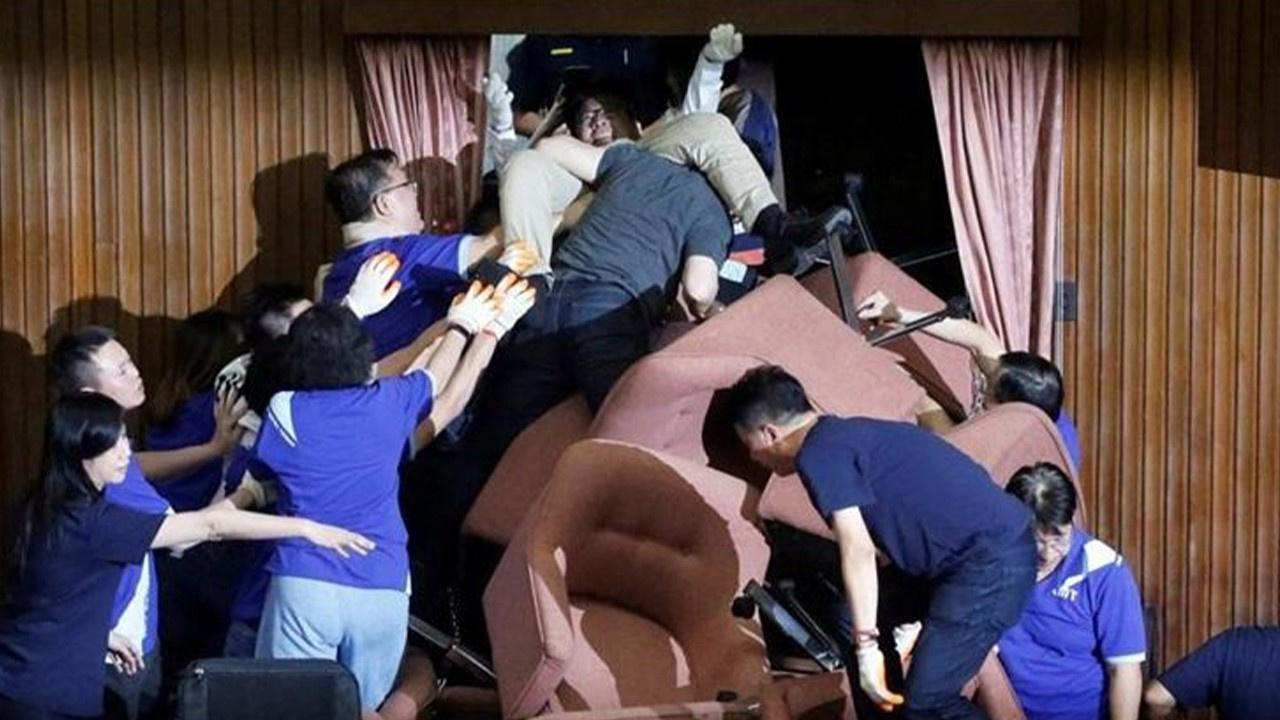 Tayvan Meclisi'nde ortalık karıştı