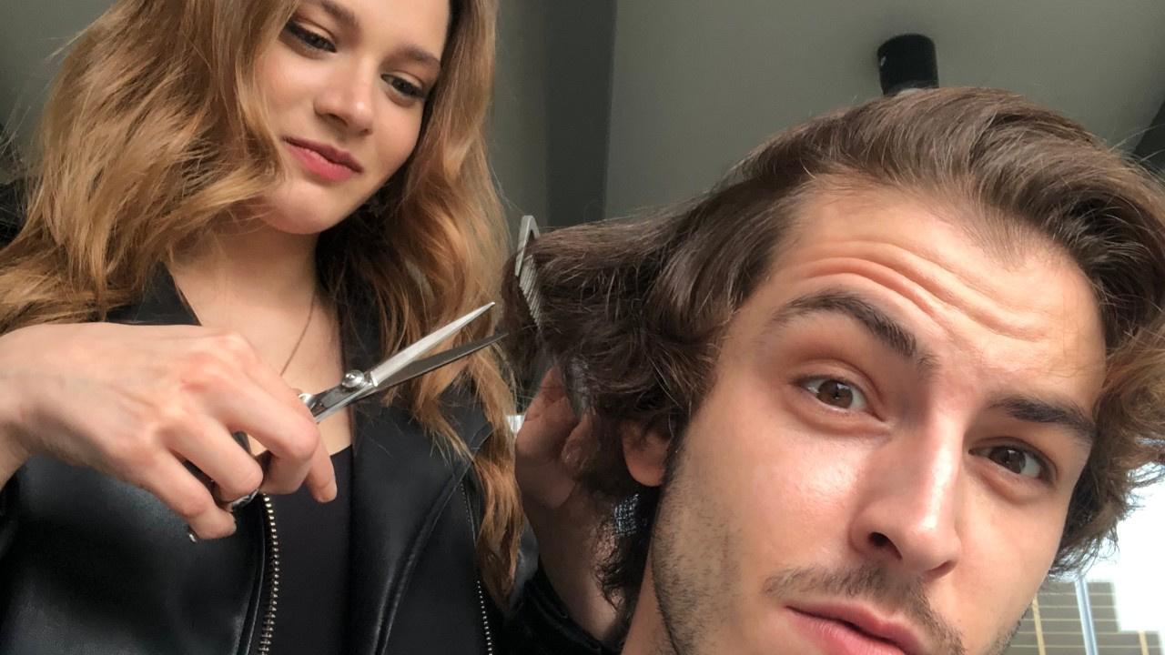 Miray Daner rol arkadaşının saçlarını kesti