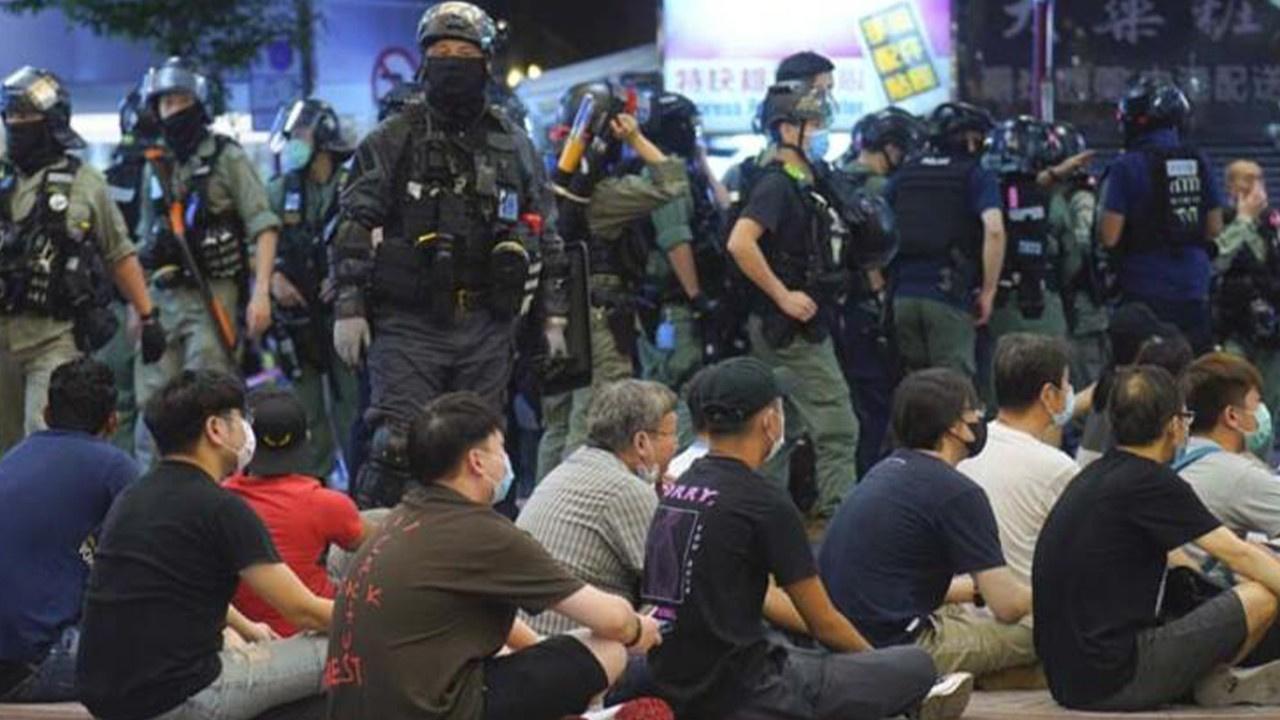 Polis ve göstericiler karşı karşıya! Tam bir kaos!