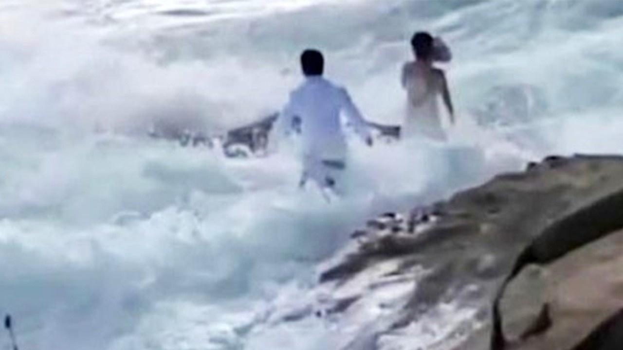 Düğün fotoğrafı çektiren çift dalgalara kapıldı