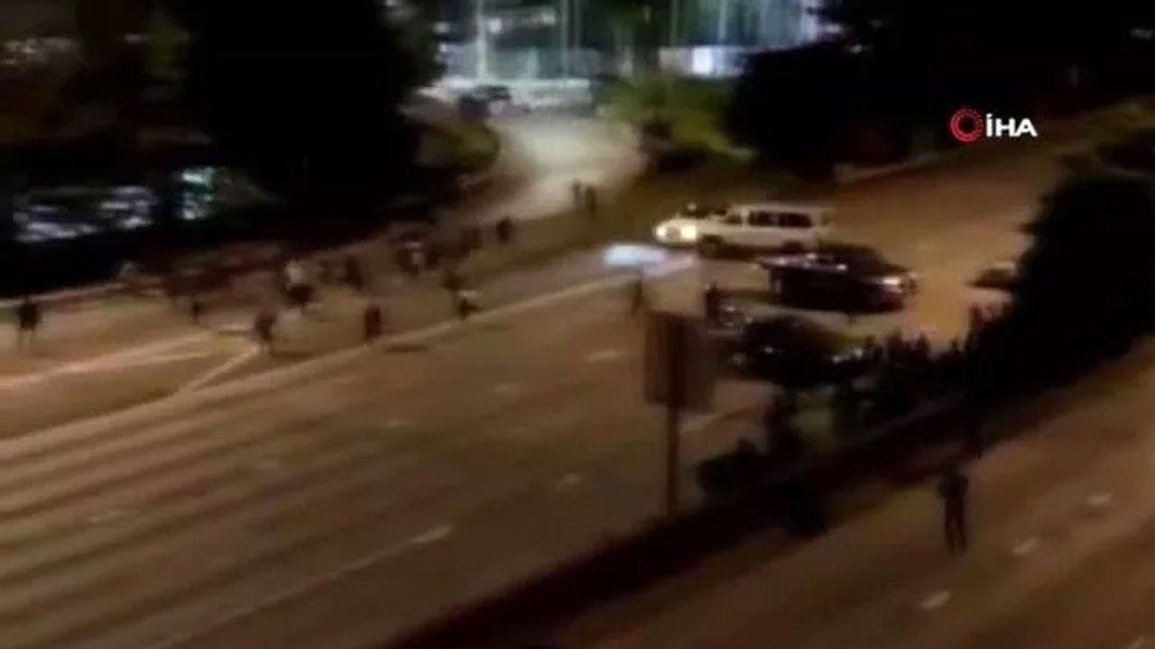 Aracıyla göstericilerin arasına daldı