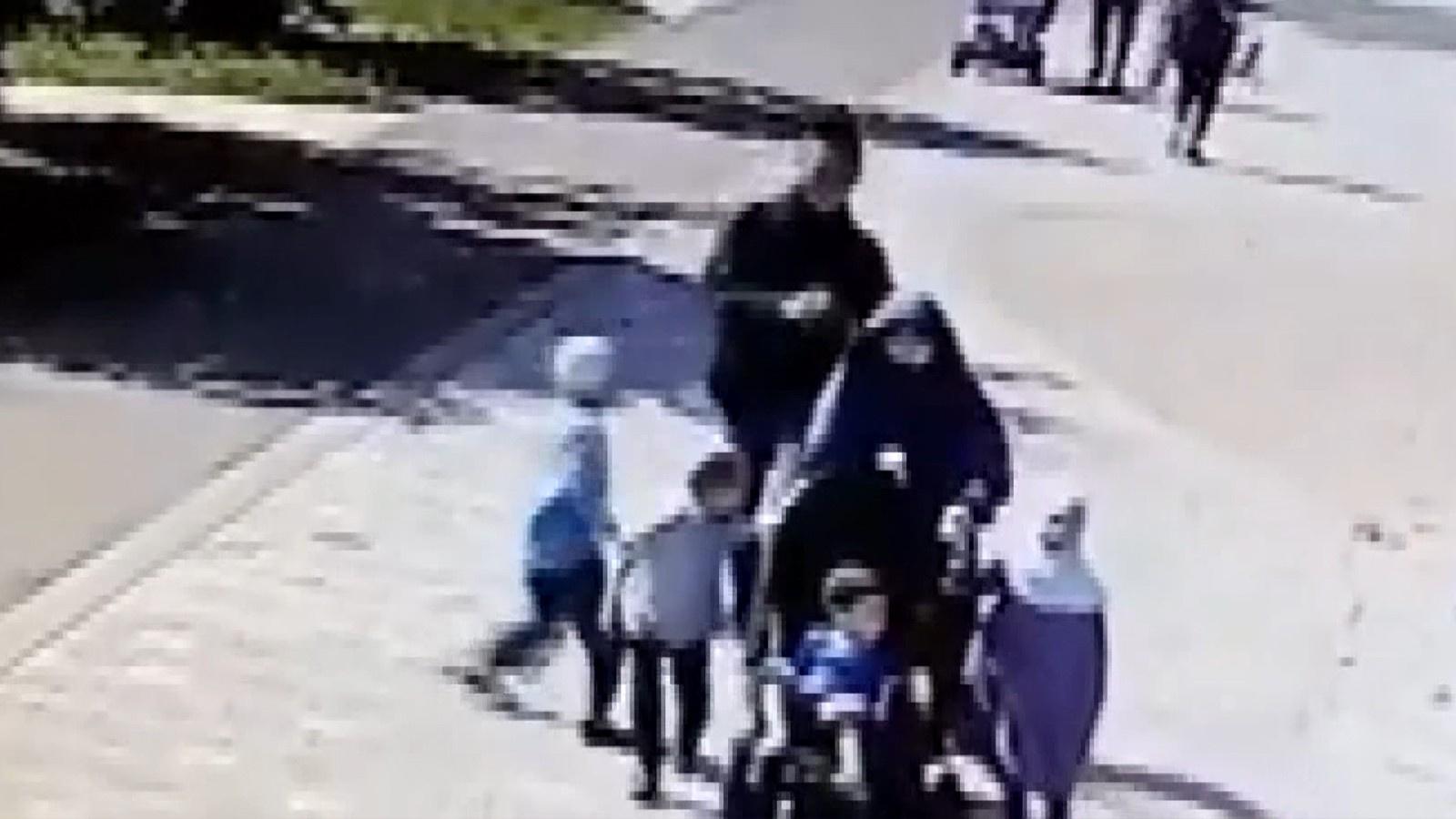 Başörtülü kadına çocuklarının gözü önünde saldırı