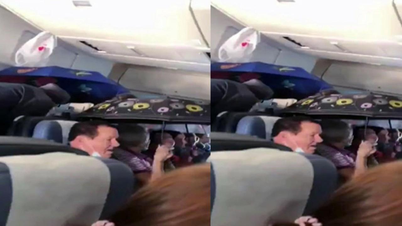 Uçakta şemsiye ile yolculuk yaptılar
