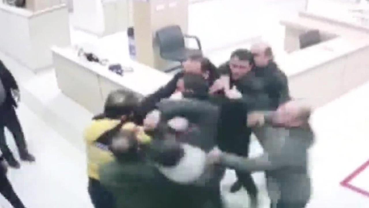 Hasta yakınları sağlık çalışanına saldırdı