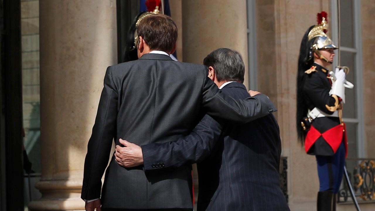 Macron, Rum lider Anastasiades'e sarıldı!