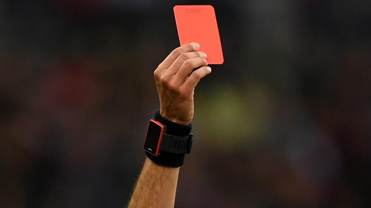Kasıtlı öksüren futbolcuya kırmızı kart!
