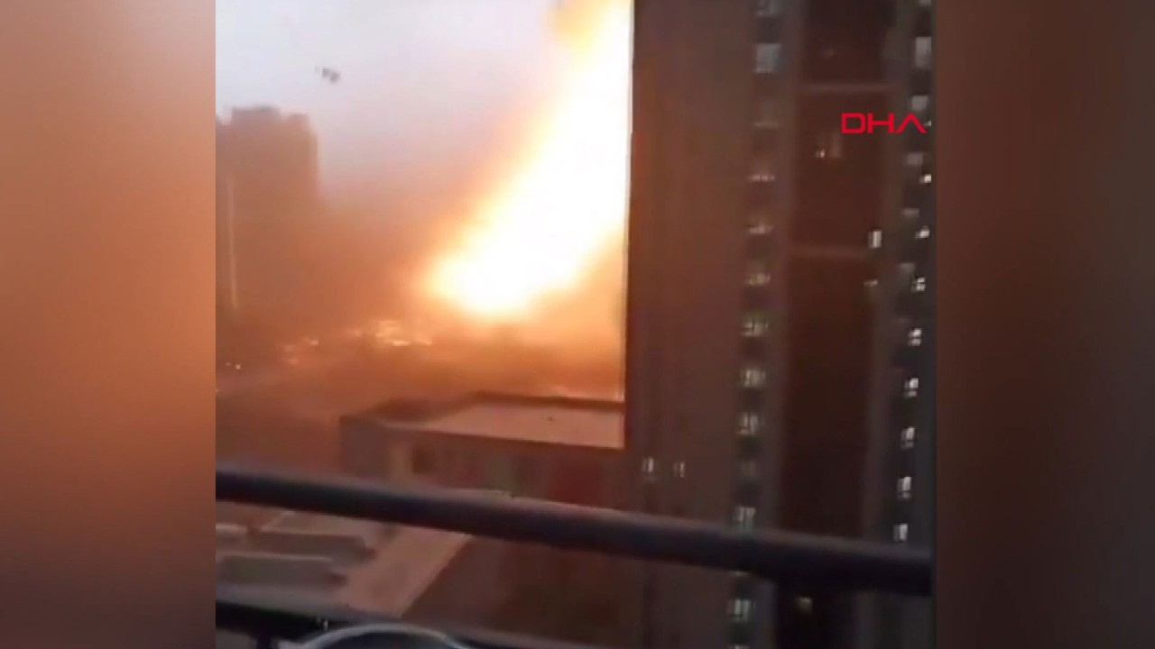 Çin'de gökdelene yıldırım düştü