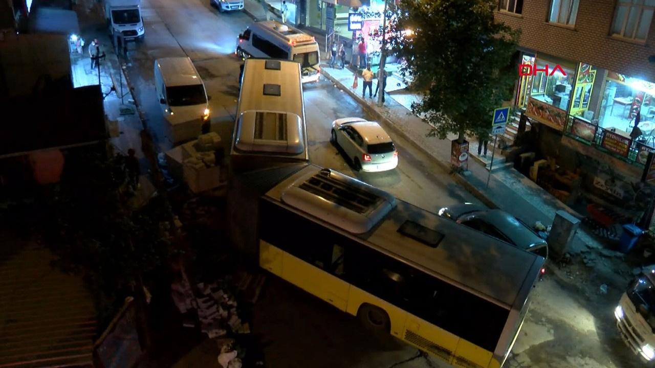İstanbul'da İETT otobüsü ortadan ikiye ayrıldı