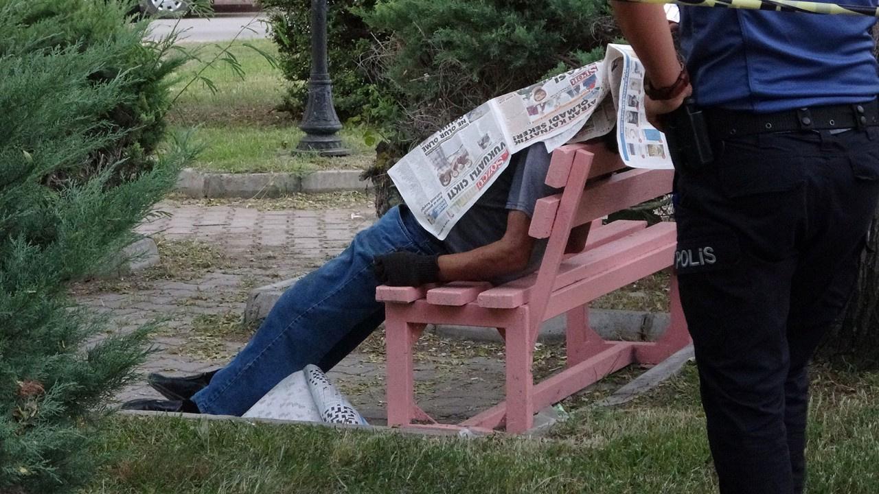 Ölüm bankta gazete okurken yakaladı