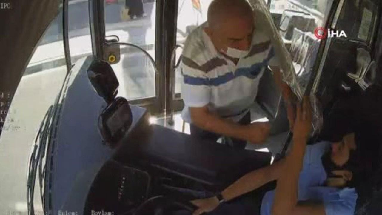 Seyir halindeki otobüste maske kavgası kamerada