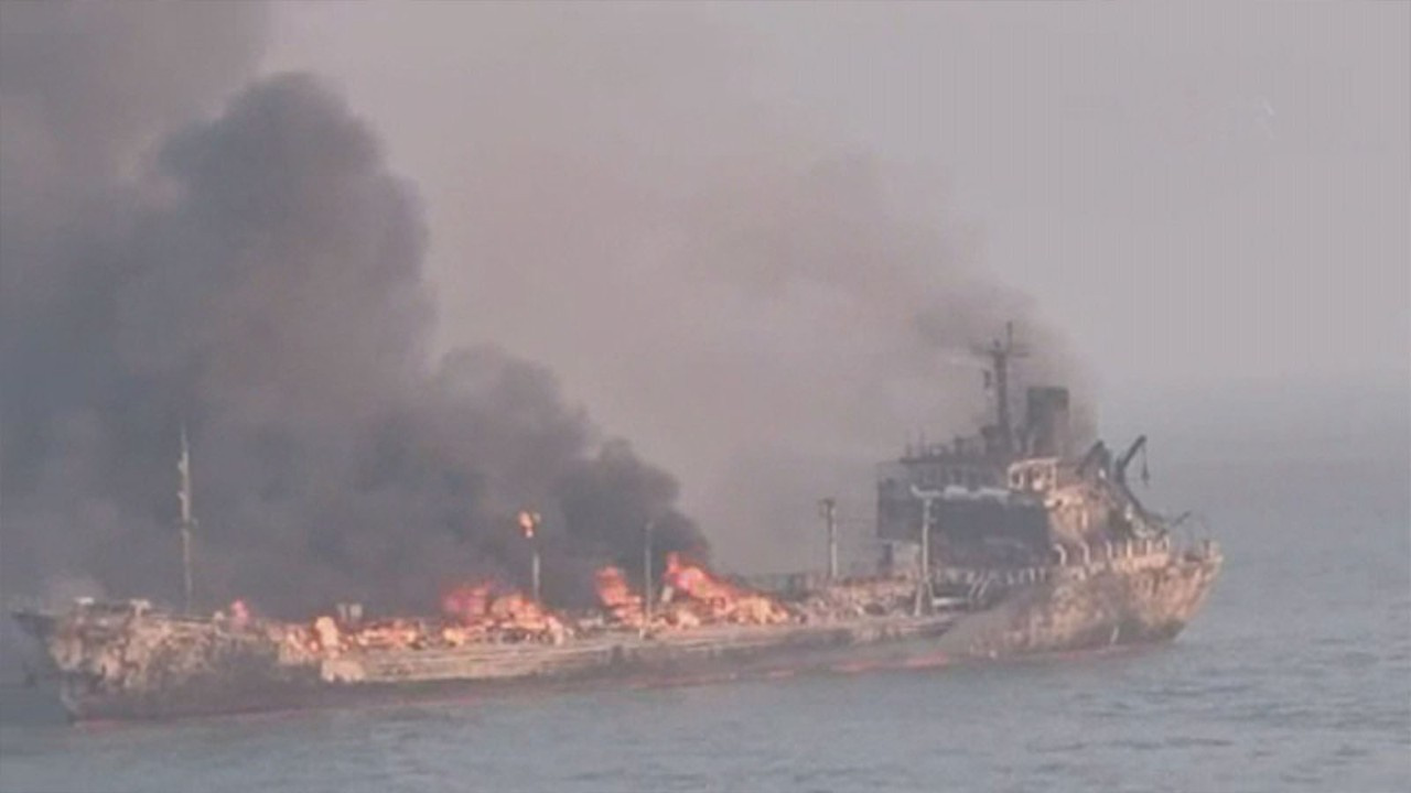Petrol tankeri ile yük gemisi çarpıştı: 14 kayıp
