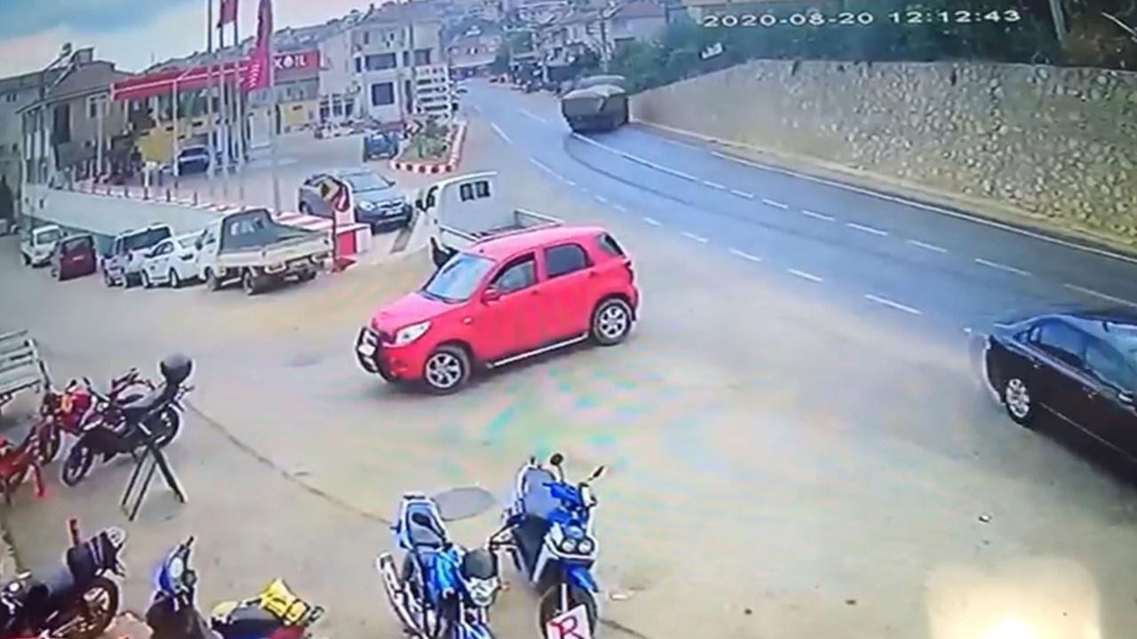 Alçı yüklü kamyon duvara çarptı