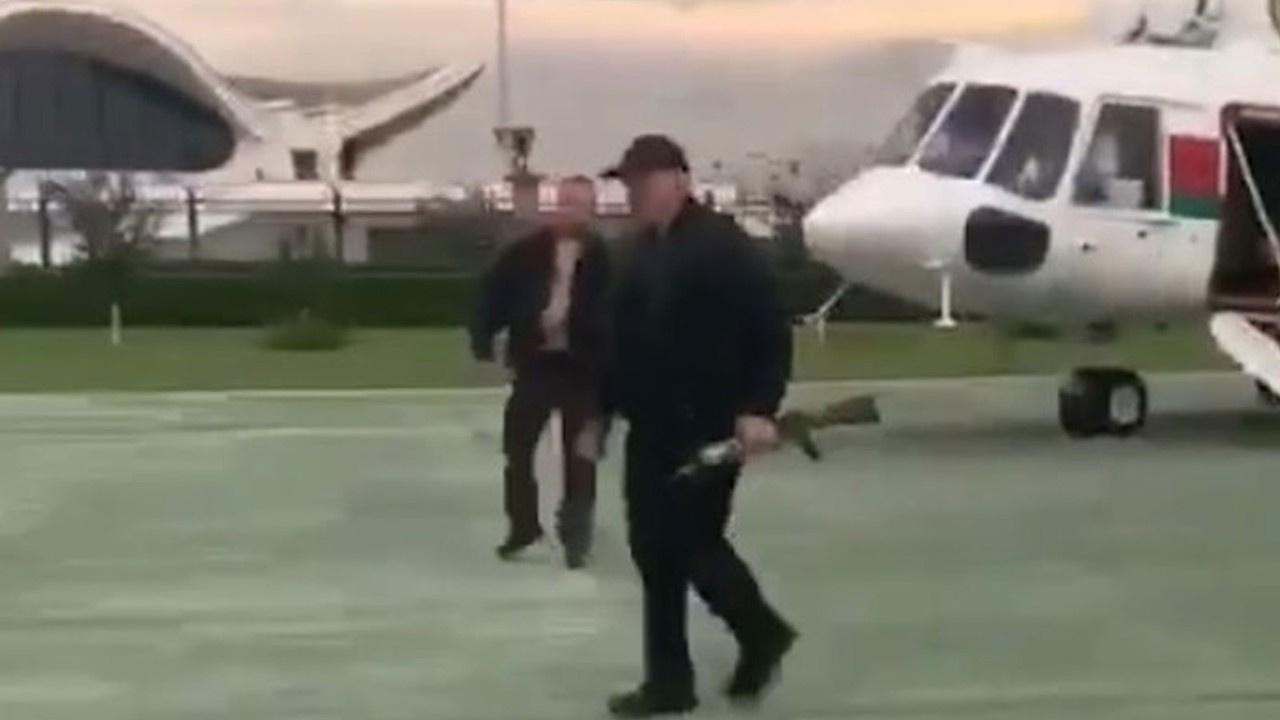 Lukaşenko saraya elinde otomatik silah ile geldi