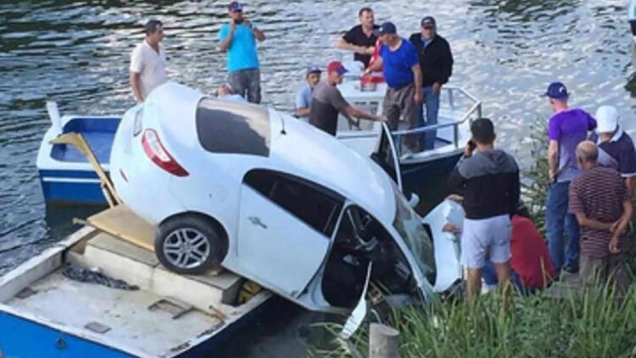 Düzce'de otomobil, teknenin üzerine düştü!