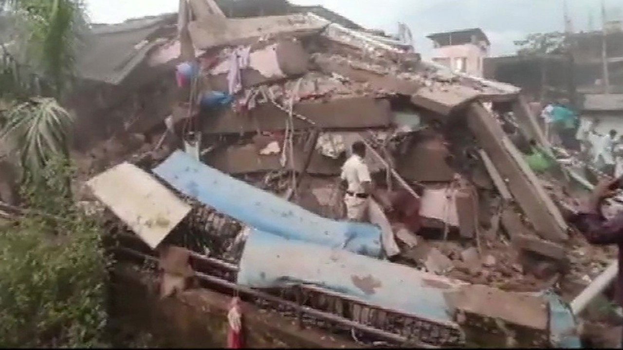 Hindistan'da bina çöktü!
