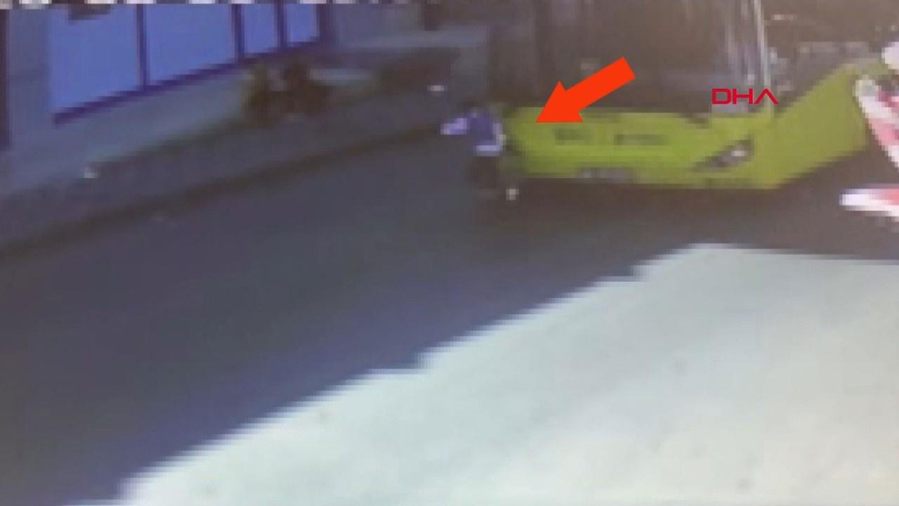 Caddede oynayan çocuğa otobüs çarptı