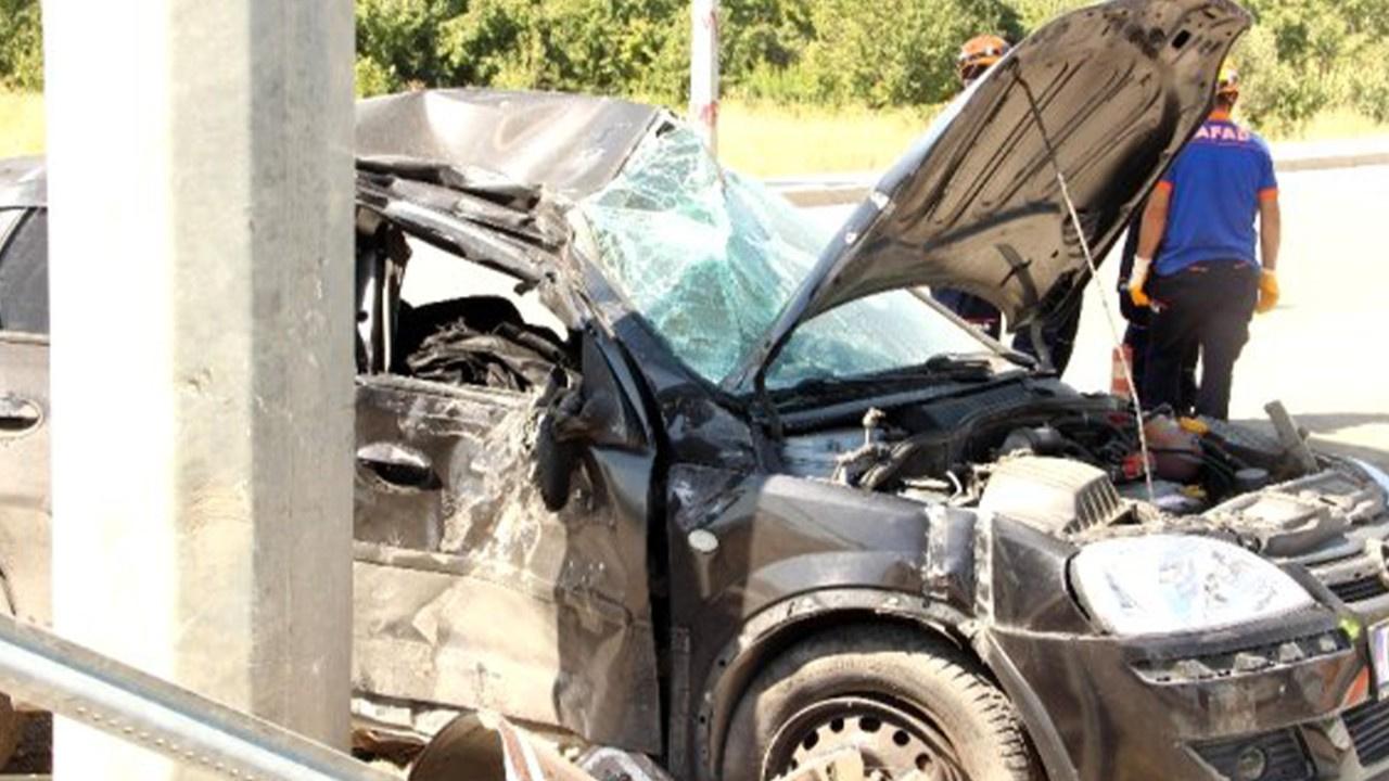 Kaza yaptığı otomobilde sıkışarak hayatını kaybett