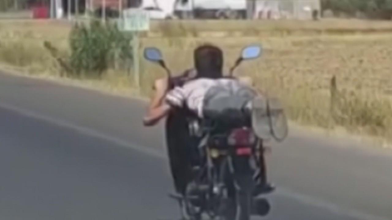 Motosikletin üzerine yatan genç ölümle dans etti