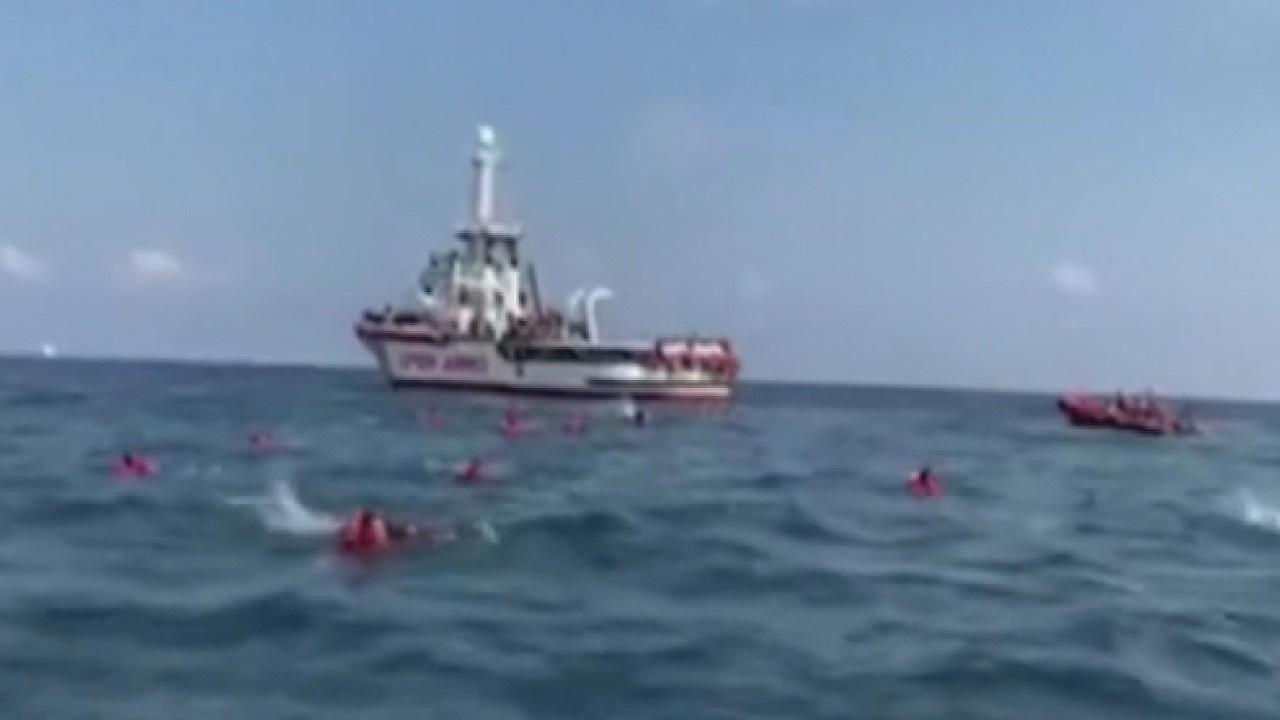 Göçmenler yüzerek karaya böyle ulaşmaya çalıştı