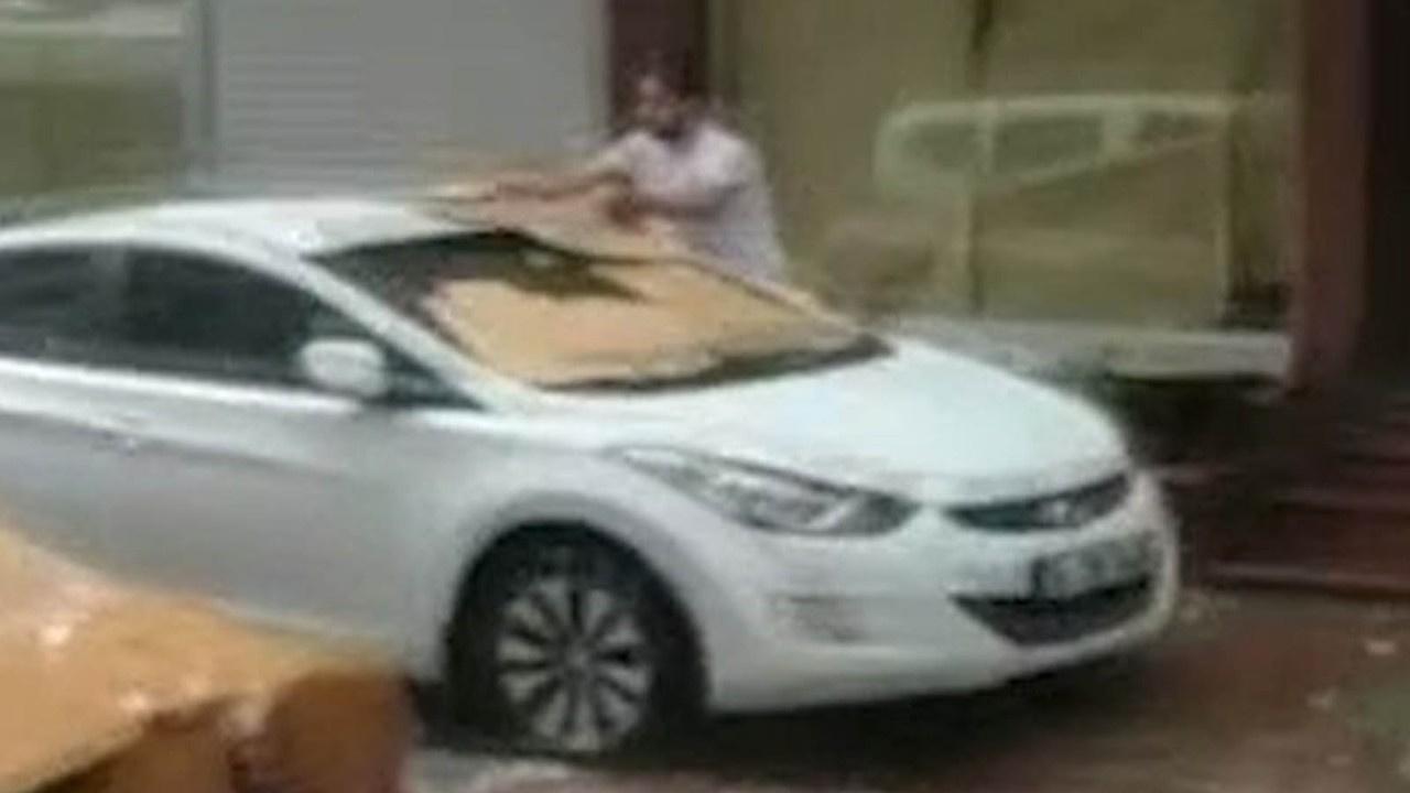 Araçlarını doludan kartonlarla korumaya çalıştılar
